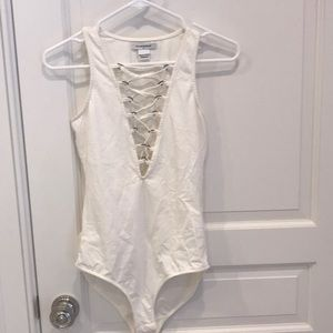 Glamorous: Off white bodysuit with cross cross